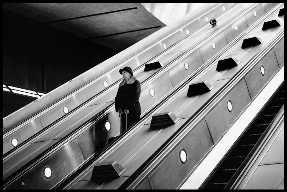 SEI 58960105 - Photographer secretly documents people's commutes on The Tube